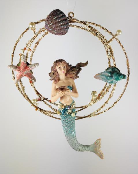 Meerjungfrau mit Muschel im Ring