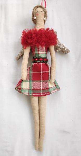 Stoffengel in rotkariertem Kleid