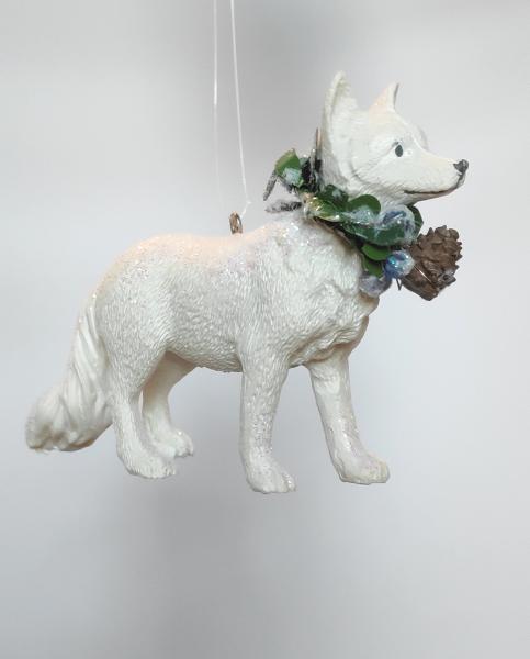 weißer Wolf mit Kranz