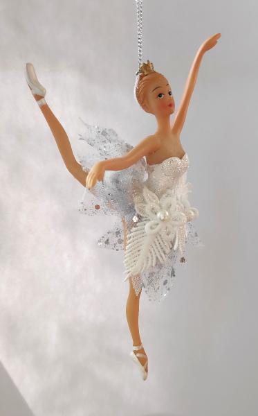 Ballerina A in weißem Kleid