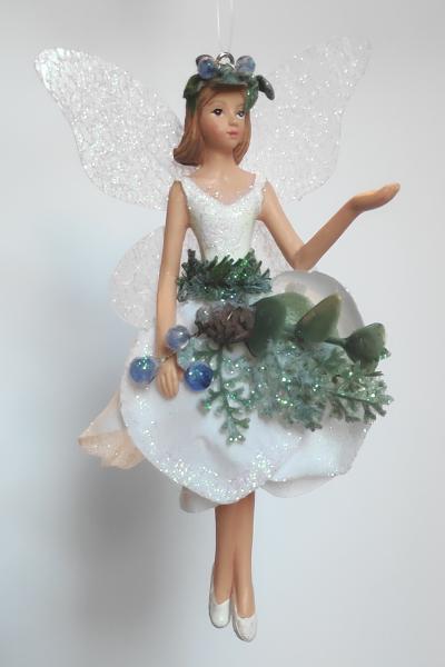 Waldelfe in weißem Kleid A