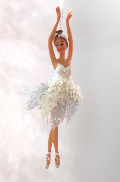 Ballerina C in weißem Kleid