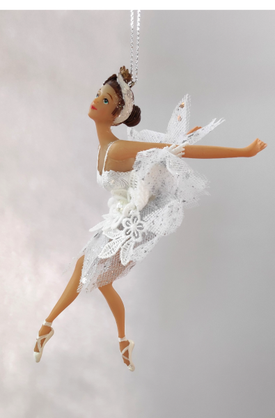 Ballerina B in weißem Kleid